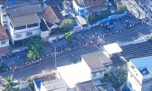 Candidatos enfrentam enorme fila para tentar vaga de emprego no Rio