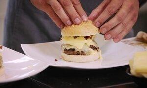 Confira a receita de hambúrguer com ovos beneditinos