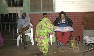 Pais passam a noite na fila para garantir vaga dos filhos