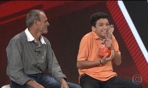 Campeão do The Voice Kids, Wagner Barreto visita redação do Fantástico