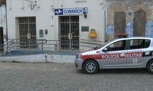 Ladrões assaltam agência dos Correios e fogem em carro da polícia