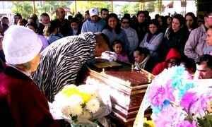 Famílias se despedem de jovens que morreram em acidente de ônibus