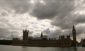 Milhões votam no plebiscito que decide se Reino Unido fica na UE