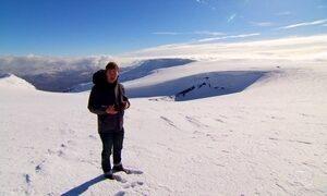Repórter caminha sobre vulcão cuja fumaça fechou espaço aéreo europeu