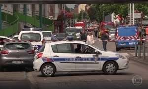 Homens com facas fazem reféns em igreja na França e padre é morto