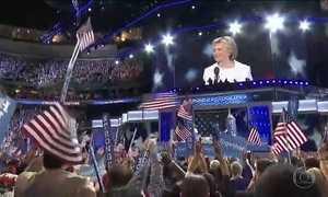Hillary Clinton aceita nomeação do Partido Democrata e faz história