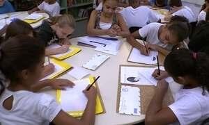 Escola usa cartas para ensinar português