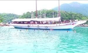 Mar calmo e paisagens impressionam os visitantes em Ilha Grande (RJ)