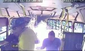 Grupo coloca fogo em ônibus e assalta passageiros