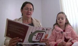 Aluno Nota 11: Menina de 7 anos ensina babá a ler e escrever