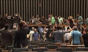 Manifestantes invadem a Câmara para pedir intervenção militar