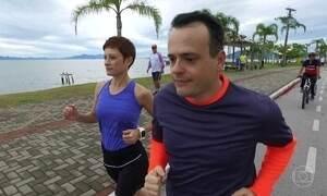 Casal se exercita junto mesmo com horários totalmente diferentes