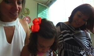 Avó gera própria neta após filha descobrir que não tinha útero