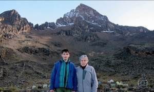 Avó e neto realizam sonho de escalar juntos a montanha mais alta da África