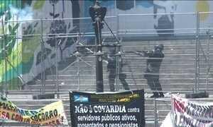 No Rio, manifestantes e policiais se enfrentam em frente à Assembleia