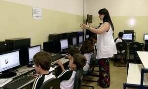 Professora estimula coordenação motora de alunos