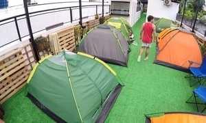 Empresário cria camping urbano no terraço de hostel para atrair hóspedes