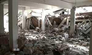 Forte explosão provoca destruição de um prédio e atinge lojas e carros em SC