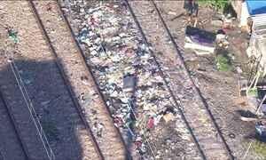 Lixo nos trilhos impede circulação de trens e atrasa viagens no Rio