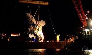 Avião é retirado do mar de Paraty e será levado para estaleiro em Angra