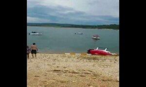 Em Minas, helicóptero cai em lago e passageiros saem sem ferimentos