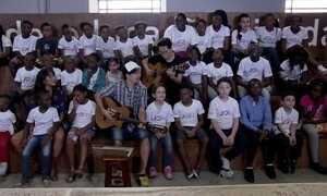 Jason Mraz canta com coral de crianças refugiadas