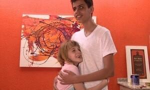 Criança pinta quadros para ajudar amigo a curar cegueira