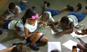 Crianças aprendem a viver ao lado da violência em escolas públicas do Rio