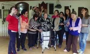 Ex-alunos criam grupo para ajudar professoras de francês aposentadas