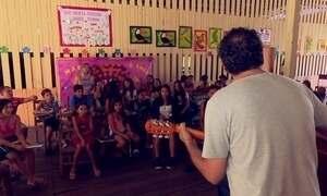 Professor ensina música para comunidade ribeirinha
