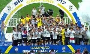 Corinthians recebe a taça de campeão brasileiro e Ponte Preta é rebaixada