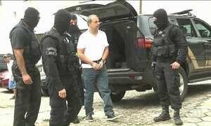 Cabral chega ao IML do Paraná com algemas nas mãos e nos pés