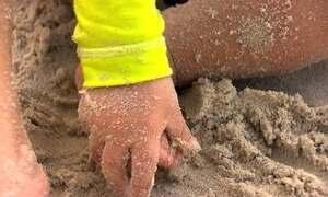 Fantástico testa a qualidade da areia de seis praias do país