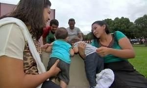 Mães descobrem que bebês podem ter sido trocados na maternidade