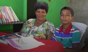 Menino de 12 anos vira 'professor' de sua mãe e a ensina a ler e a escrever