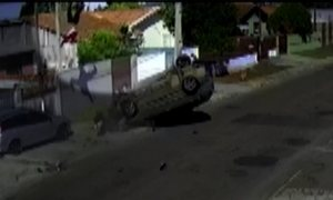 Motorista capota após fugir da polícia e carona é lançado; vídeo impressiona