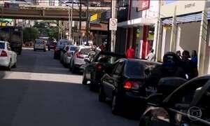 Motoristas ainda enfrentam longas filas nos postos para abastecer