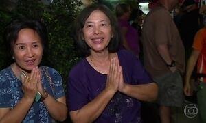 Tailandeses saem para a rua para esperar a chegada de seus meninos