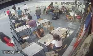Imagem de jovem francesa sendo assediava viraliza e causa revolta