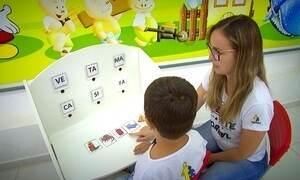 Mesa criada por estudantes ajuda na comunicação de crianças autistas
