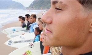 Surfe gratuito para jovens do litoral paulista