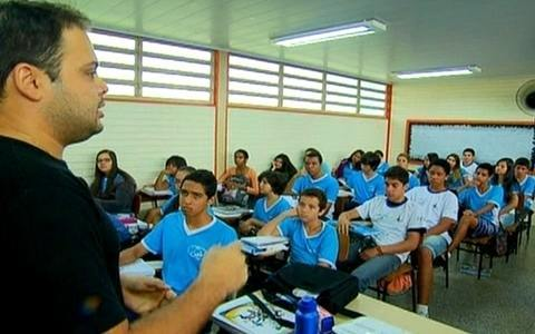 Escola pblica orienta sobre ambiente (Escola orienta sobre ambiente limpo (Escola orienta alunos sobre ambiente limpo (Projeto recolhe bituca de cigarro  (DF + Limpo ajuda a varrer rodoviria (DF + Limpo ajuda a varrer rodoviria (DF + Limpo faz varrio