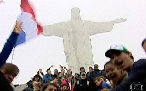 Peregrinos visitam o Cristo Redentor