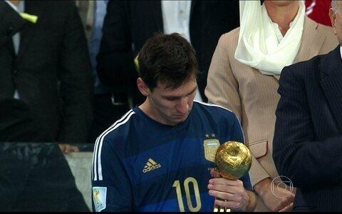 Lionel Messi é eleito o melhor jogador da Copa e recebe a Bola de Ouro (AP)