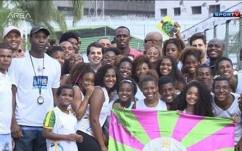 Homem mais veloz do mundo, Bolt visita comunidade da Mangueira, no Rio de Janeiro