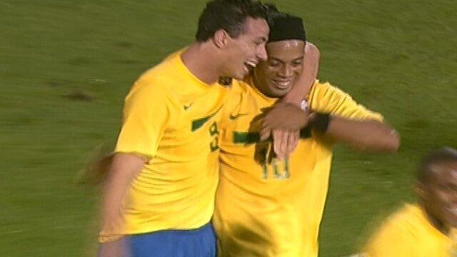 Gol do Brasil! Leandro Damião recebe lindo passe e abre o placar, aos 44 do 1º tempo
