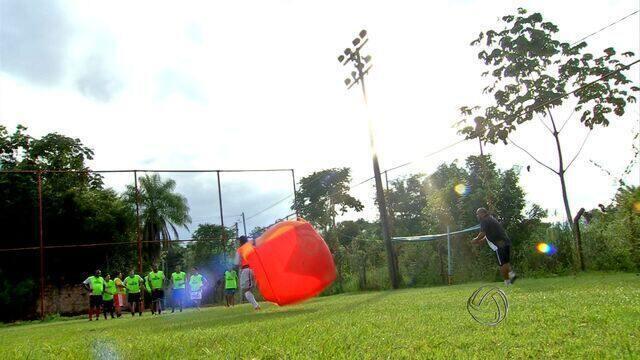 Treinador concede aulas de futebol para adultos