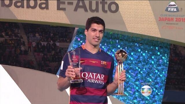 Suarez recebe troféu de melhor em campo e da competição