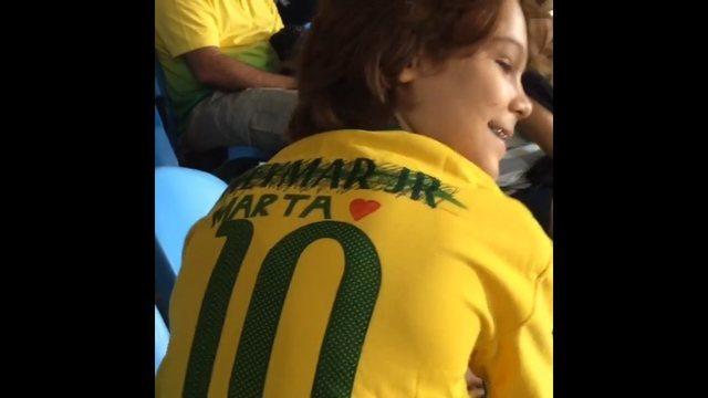 8ecd18fdff08c Menino troca nome de Neymar por Marta em camisa da seleção e viraliza