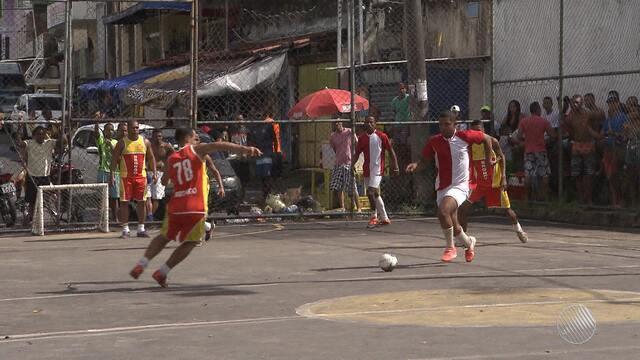 Conheça o irreverente campeonato de 'golzinho' do bairro Pau Miúdo